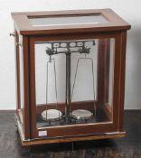Feinwaage, 1971, Herst. G. Westphal K.G. Celle, Fabrik-Nr. 2911, allseitig verglaster Holzkasten,