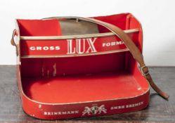 """Bauchladen """"Brinkmann"""", wohl 1930/40er Jahre, Sperrholz rot gefasst u. Gold staffiert. In der"""