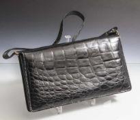 Handtasche, Krokodilleder, schwarz, rechteckige Form, vorne mit Druckknopf, innen unterteilt in 2