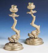 Paar Delphinleuchter, Bronzeguss, Rokoko-Stil, H. je ca. 19,5 cm.