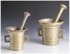 2 Mörser mit Pistill, wohl 19. Jahrhundert, Messing, zylinderförmiger Korpus mit sich weitender