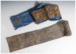 2 verschiedene Stoffbänder, wohl 18. Jahrhundert, teils mit Goldfaden gestickt, Prov. aus
