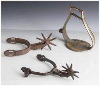 Konvolut von 2 antiken Sporen und einem Steigbügel. Sporen L. ca. 18 cm, Steigbügel H. ca. 16 cm,