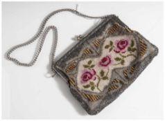 Abendtasche, feine Perlstickarbeit, wohl 1920er Jahre, Metallbügel und -kette. Ca. 18 x 13,5 cm.