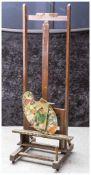 Alte Malerstaffelei, wohl 1930/40er Jahre, Holz, dazu 2 gebrauchte Malerpaletten. H. ca. 164 cm, Br.