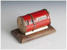 Kleiner Tischkalender, wohl 1950er Jahre, auf rechteckiger Holzplinthe waagerecht angebrachter