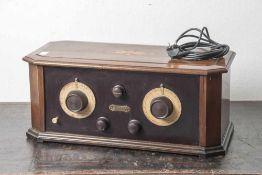 Röhrenradio, Hersteller Triumph, 20er Jahre, Holzgehäuse mit Intarsienarbeiten, 220 Volt. Ca. 53,5 x