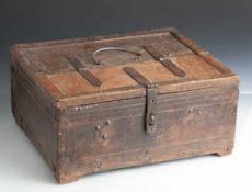 Alte Schreib- oder Geldschatulle, wohl 18./19. Jahrhundert, Tropenholz mit eisernem Beschlagwerk,