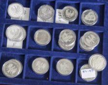 Konvolut von 17 Silbermünzen, 10 DM, BRD, Münzen jew. in Kapseln, bestehend aus: a) 1x 1987 G-St.,