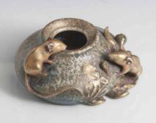 Kleine Vase, wohl um 1900, Herstellerbodenmarke Amphora Austria Turn, Modellnr. 4116, bauchiges