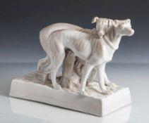 Figurengruppe, 2 stehende Hunde auf Rechtecksockel mit Blattwerk, auf Unterboden geritzte Modell-Nr.