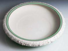 Runde Schale, Wedgwood, auf Unterboden Manufakturmarke, Porzellan, partiell mintgrün staffiert.