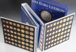 """Sammelalbum """"Das Euro Lexikon"""" mit 96 Euro-Münzen aller Länder, Jahrgänge 1999-2002, im Schuber."""