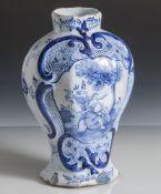 Fayence Vase, wohl 18. Jahrhundert, Bodenmarke, florale Blaumalerei. H. ca. 23 cm, partiell