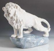Tierplastik, auf Felsen stehender Löwe, Keramik, der Löwe in weiß mit Krakeleeglasur, der Fels