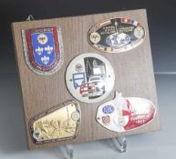Konvolut von 5 versch. ADAC Auto-Plaketten, auf Holzplatte montiert, bestehend aus: a) ADAC 2.