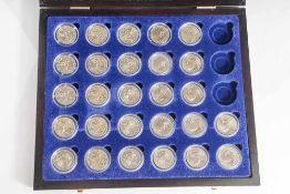 Konvolut von 27 Münzen, 2 Euro, 2004, Stempelglanz, div. Länder u. Motive, Münzen jew. in Kapseln u.