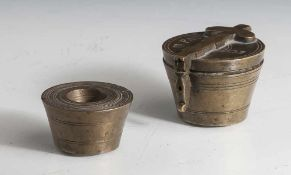 Konvolut bestehend aus 2 Gewichtssätzen, wohl 19. Jahrhundert, Bronze, 1 Satz mit Riegelverschluss