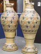 2 große Prunkvasen in Form von Krügen, Tunesien/Marokko, Keramik, umlaufend polychrome Malerei. H.