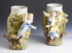 Paar figürliche Ziervasen, Frankreich/Italien, wohl um 1900, Keramik, Krakeleeglasur, farbig
