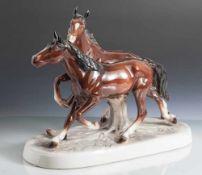 Figurengruppe, 2 Pferde im Galopp, Porzellan, farbig gefasst, über naturalistisch gearbeitetem