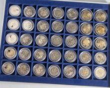 Konvolut von 35 Münzen, 2 Euro, 2006, VZ, div. Länder u. Motive, Münzen jew. in Kapseln u. in
