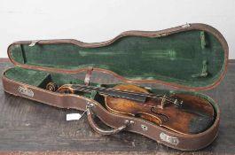 Alte Geige in org. Koffer, wohl um 1900, 3 Feinstimmer fehlen, ohne Bogen und Kinnhalter, kein
