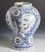 Fayence Vase, wohl 17./18. Jahrhundert, Blaumalerei, Landschaftsdarstellung mit Figurenstaffage.