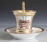 Henkeltasse, KPM Zeptermarke blau. Innen und außen in Gold mit zwei Bordüren umlaufend weiße Perlen.
