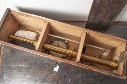 Messgerät wohl zur Landvermessung, 19. Jahrhundert, 3-teilig: Fernrohr, Winkel und Kompass auf