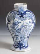 Fayence Vase, wohl 18. Jahrhundert, Bodenmarke, Blaumalerei, teilweise reliefiertes Dekor. H. ca. 25