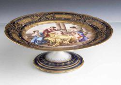 """Fußschale """"Schmückung der Venus"""", Alt Wien, 19. Jahrhundert, auf Unterboden blaue Bienenkorbmarke"""