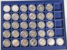 Konvolut von 31 Münzen, 2 Euro, 2009, Stempelglanz, div. Länder u. Motive, Münzen jew. in Kapseln u.