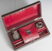 Reiseschreibset, 19./20. Jahrhundert, Füllfederhalter und Tintenfässer, in schöner Lederschatulle