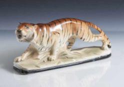 Tierplastik, schreitender Tiger, Keramik, farbig staffiert, Krakeleeglasur, auf naturalistisch