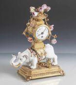 Figurenuhr, wohl Frankreich, 19. Jahrhundert, Elefant aus Porzellan aufgesattelt. Kleine Uhr mit