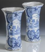 "Fayence Vasenpaar, wohl 18. Jahrhundert, Bodenmarke ""BP"", Blaumalerei, Landschaftsdarstellung mit"