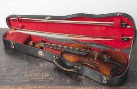 Alte Geige in org. Koffer, 2 Bogen und Kinnhalter anbei, 3 Feinstimmer fehlen, kein Herst. bez. L.