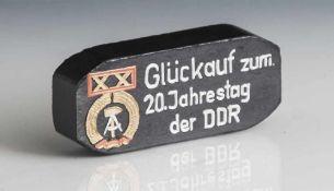 """Kleiner Brikett, auf schwarzem Fond in weißen Lettern bez. """"Glückauf zum 20. Jahrestag der DDR"""""""