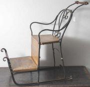 Kinderschlitten, 19. Jahrhundert, Gestell aus Eisen, partiell durchbrochen und geschwungen