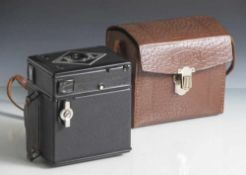 """Kamera """"Bilora Box"""", 1930er Jahre, mit Gebrauchsanweisung, in org. Tasche mit Trageriemen. Ca. 10,"""
