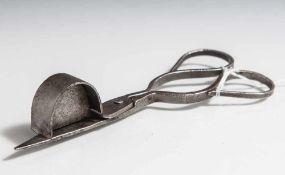 Dochtschere, wohl 17./18. Jahrhundert, Eisen. L. ca. 13 cm.