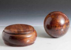 Kugelförmiger Briefbeschwerer und runde Deckeldose, Tropenholz. H. Kugel ca. 12 cm, H. Dose ca. 7