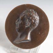 Runde Kupferplakette, reliefierte Darst. eines Mannes im Profil. DM ca. 10 cm.