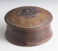 Rundes Deckelgefäß, wohl 19. Jahrhundert, Holz, Reste einer farbigen Bemalung. H. ca. 8,5 cm, DM ca.