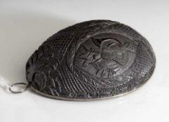 Hälfte einer Kokosnuss, wohl 19. Jahrhundert, mit Metallrahmen umfasst, daran eine Öse befestigt,