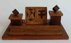 FEDERABLAGE/ TINTENZEUG, 1920er-Jahre, Gesellenstück, verschiedene Hölzer, 2 Tintenfasshalter mit