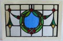 BLEIGLASPANEELE, Deutsch, 1910er-Jahre, verschiedenfarbige Glassegmente, zentral Kranzmedaillon