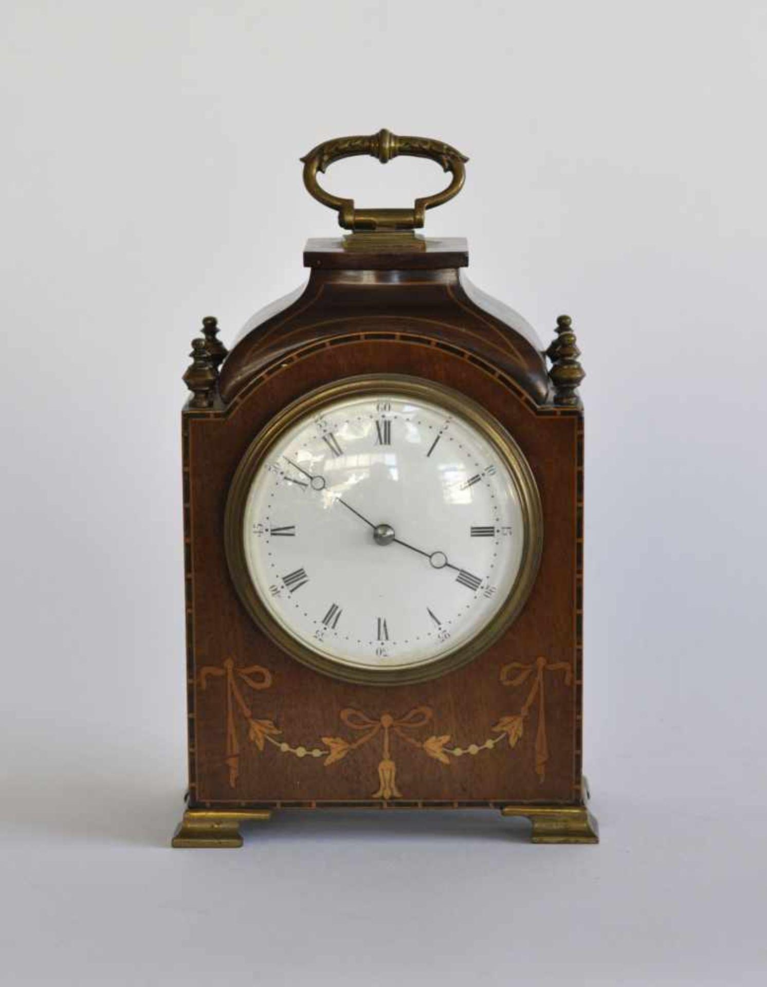 BRACKET CLOCK/ KAMINUHR, Manufaktur B.T.G, 1920er-Jahre, Holzgehäuse, verschiedene Hölzer, in der