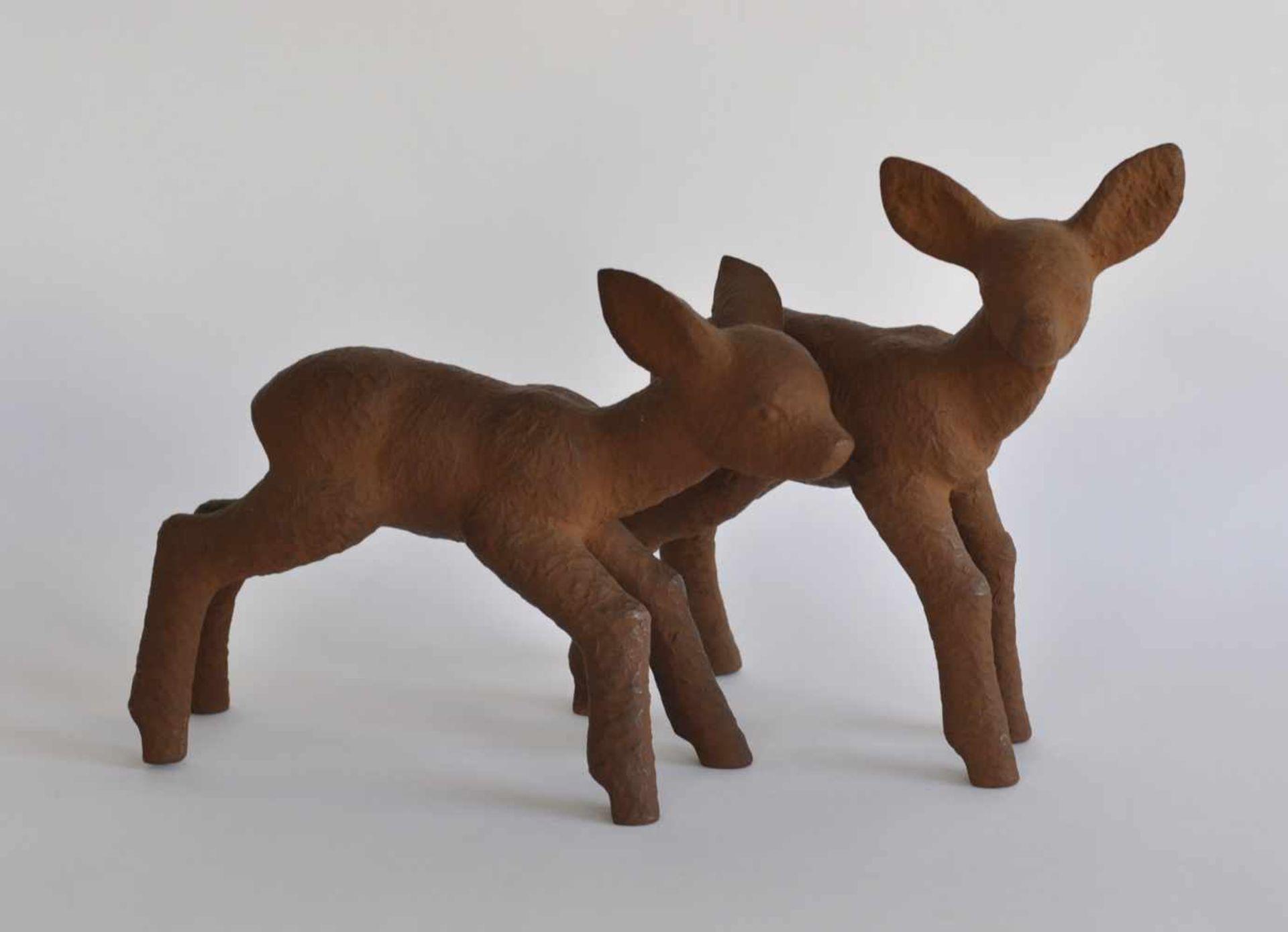 PAAR SKULPTUREN, Deutsch, 1930er-50er-Jahre, Künstlerkeramik, Terracotta, 2 Rehkitze, Preßmarke,